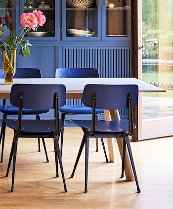 cph-30-extendable-matt-lacquered-oak-grey-lino_result-chair-seat-and-back-dark-blue-stained-oak_bottoms-up-vase_910x1100